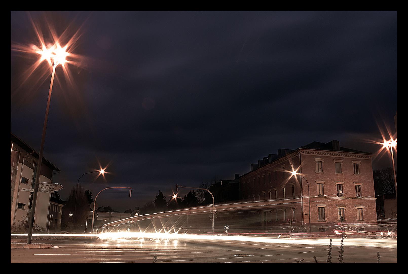 Lichter auf der Kreuzung in der Nacht