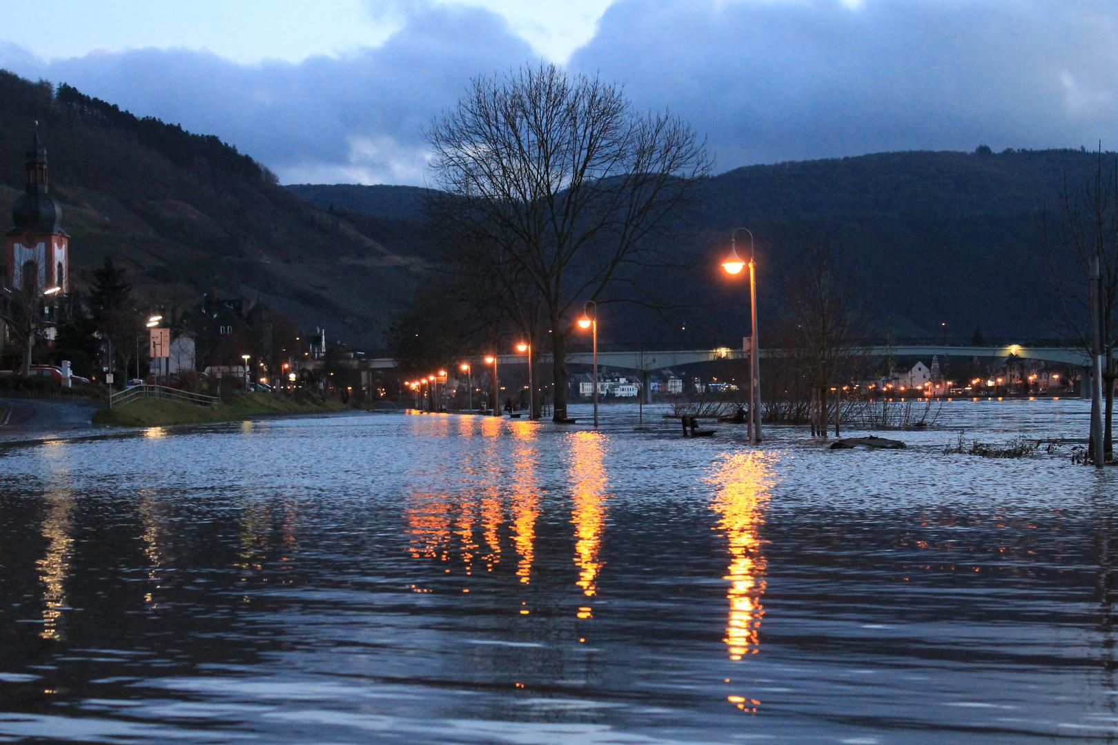 Lichter im Hochwasser