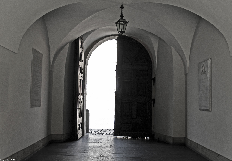 Lichtgefluteter Schlossdurchgang