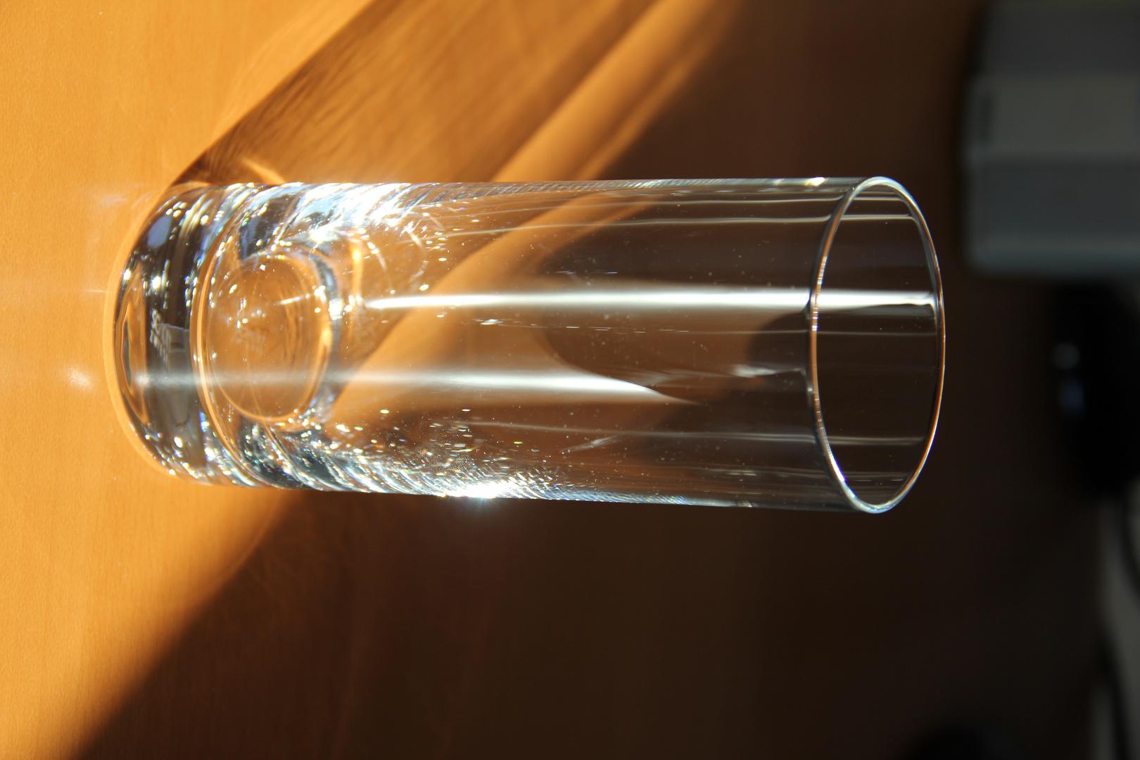 Lichtreflexionen in einem leeren Glas