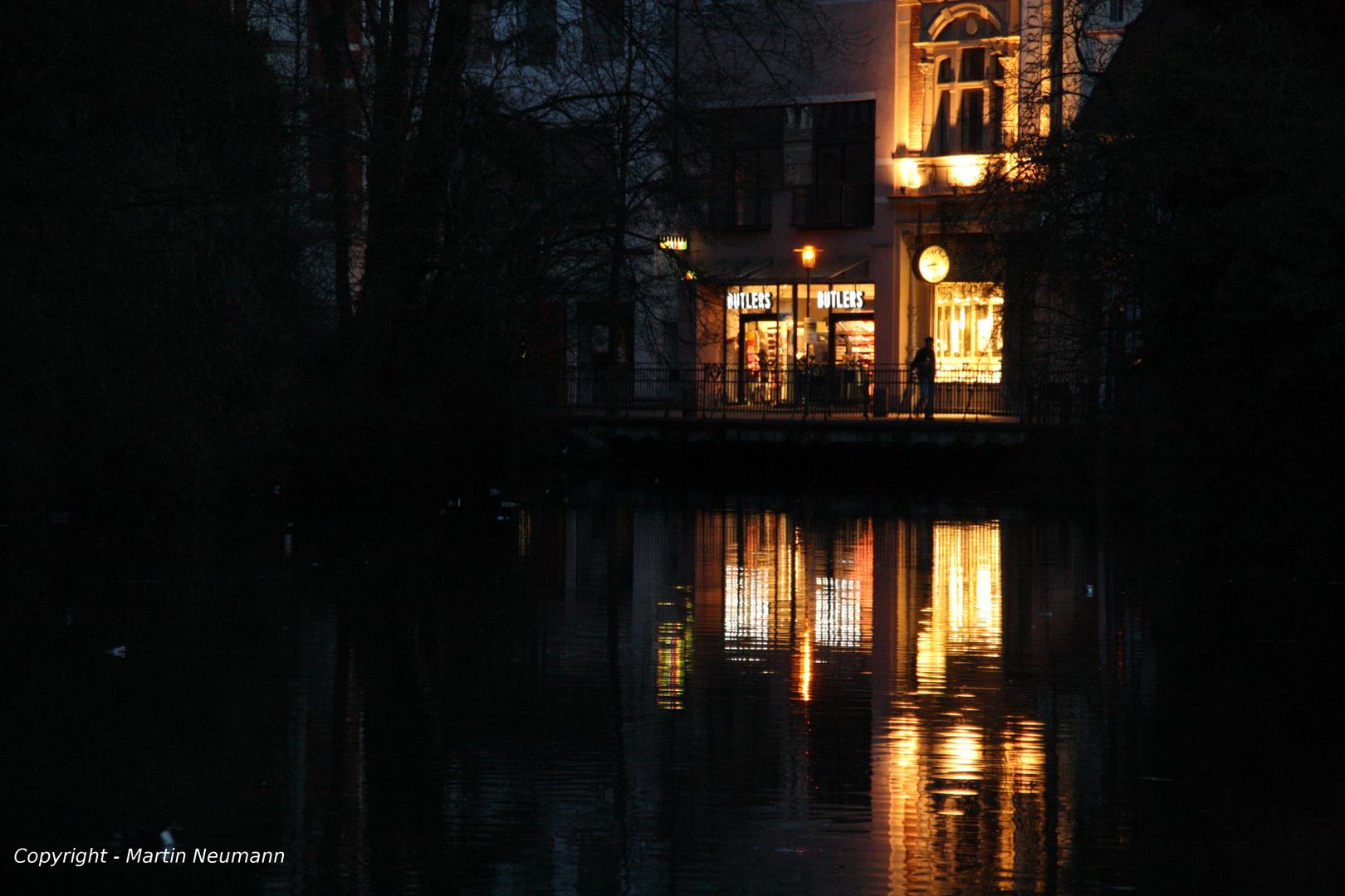 Lichtspiegelung im Wasser