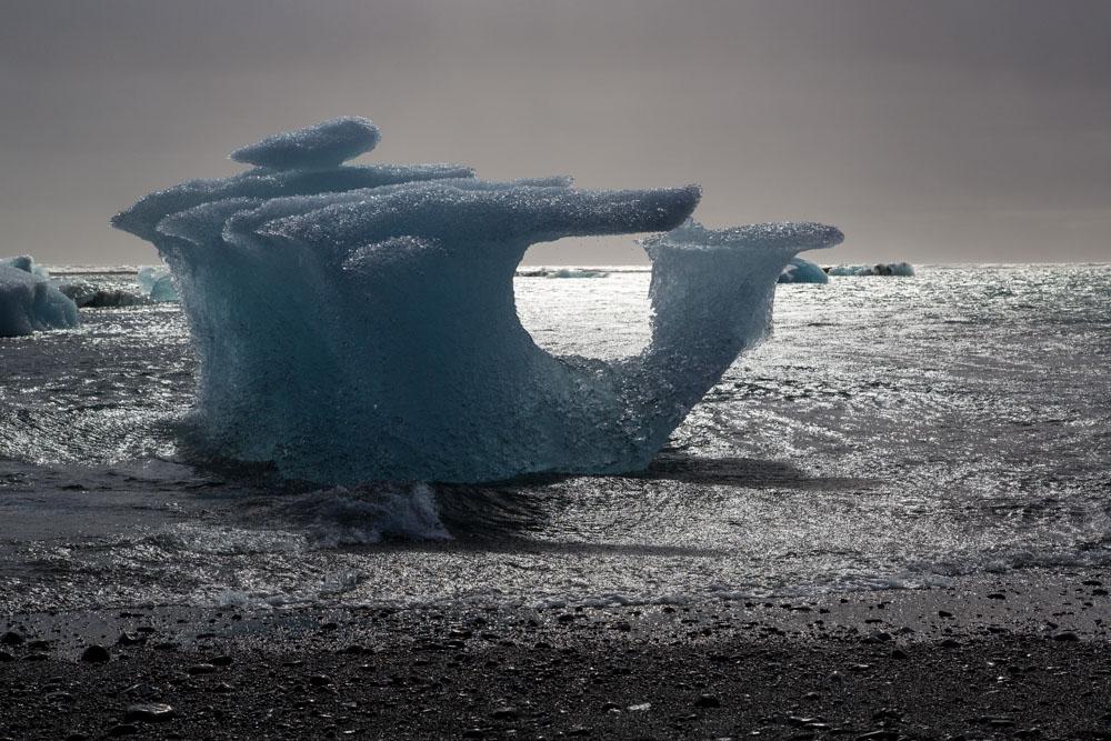Lichtspiel am Strand bei der Gletscherlagune des Vatnajökull