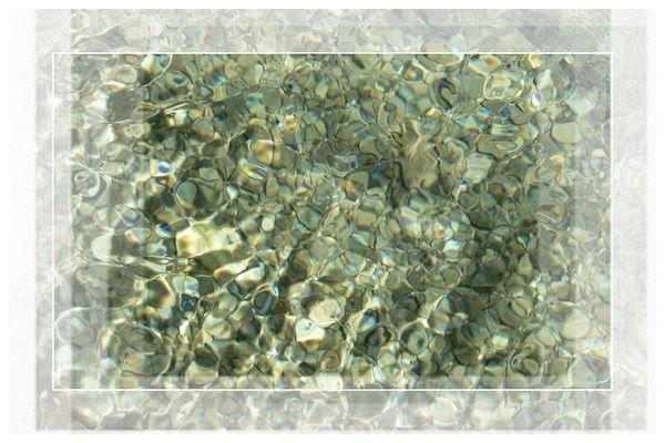 Lichtspiele in glasklarem Wasser