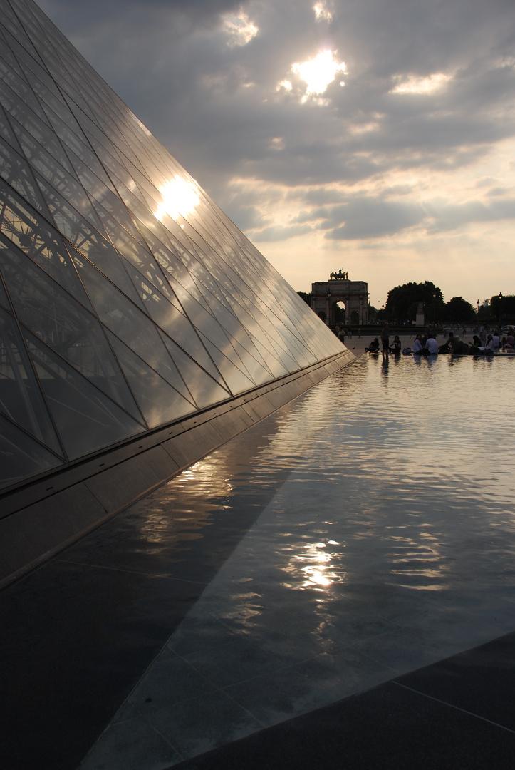 Lichtspielereien an der Pyramide des Louvre