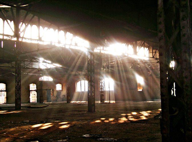 Lichtstrahlen in einer alten Werkhalle