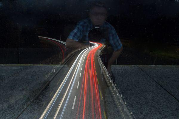 Lichtstreifen von der Brücke
