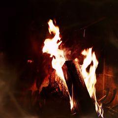 Liebe und Sehnsucht sind wie ein Fruer.. .jeder will Wärme. .aber nicht verbrennen..