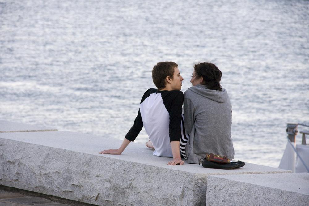 Liebespaar am Ufer