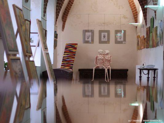 Liebespaar einsam im Museum