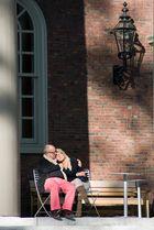 Liebespaar, sich vor einer Kirche sonnend