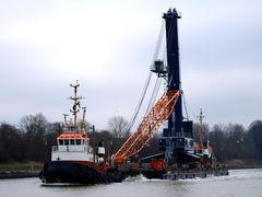 Liebherr BUSS 600 Kran transportiert auf einem BUGSIER-Schiffponton