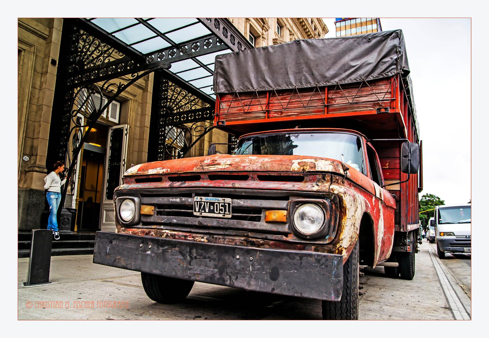 Lieferwagen vor dem Teatro Colón in Bs As