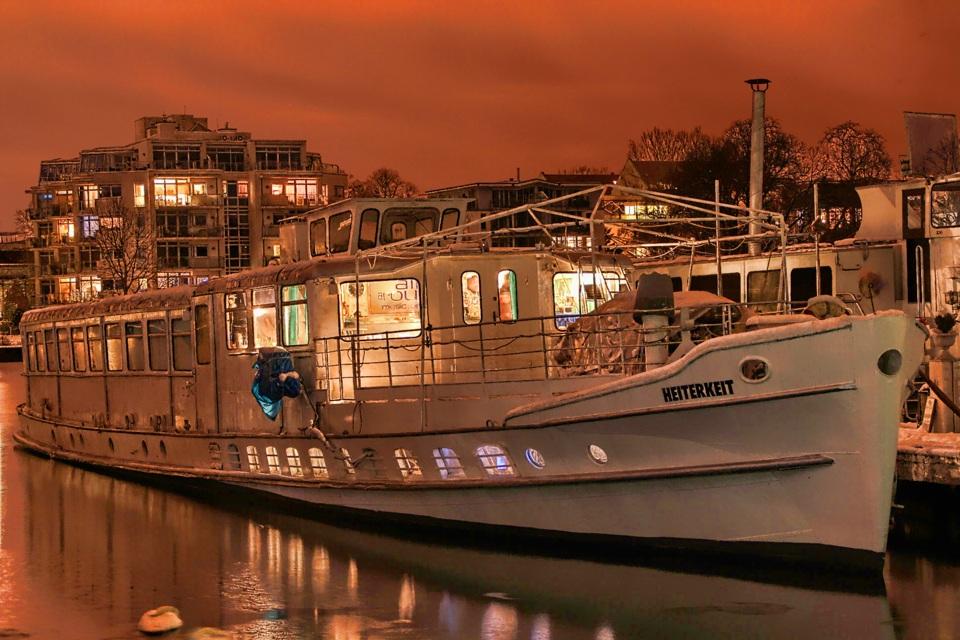 ...liegt im Treptower Hafen vor Anker