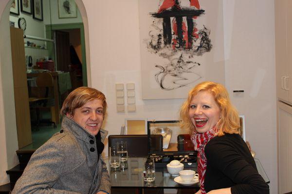 Lilian Lito - Sängerin mit Jannis Köln Hintergrund Gemälde vom Maler Mané Wunderlich Berlin
