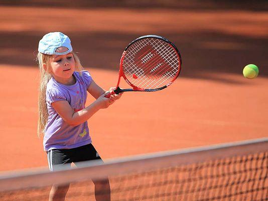 Lilly spielt Tennis in Lembeck