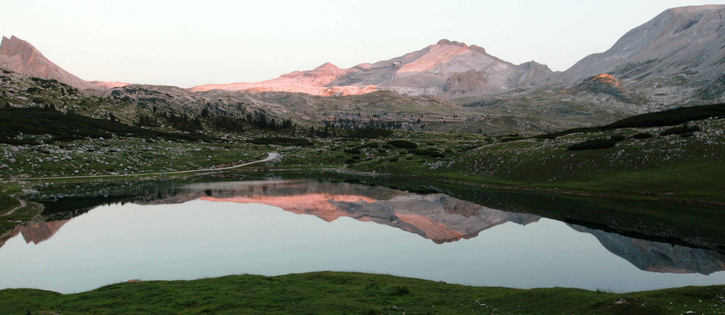 Limosee bei Sonnenaufgang im UNESCO Weltkulturerbe Dolomiten
