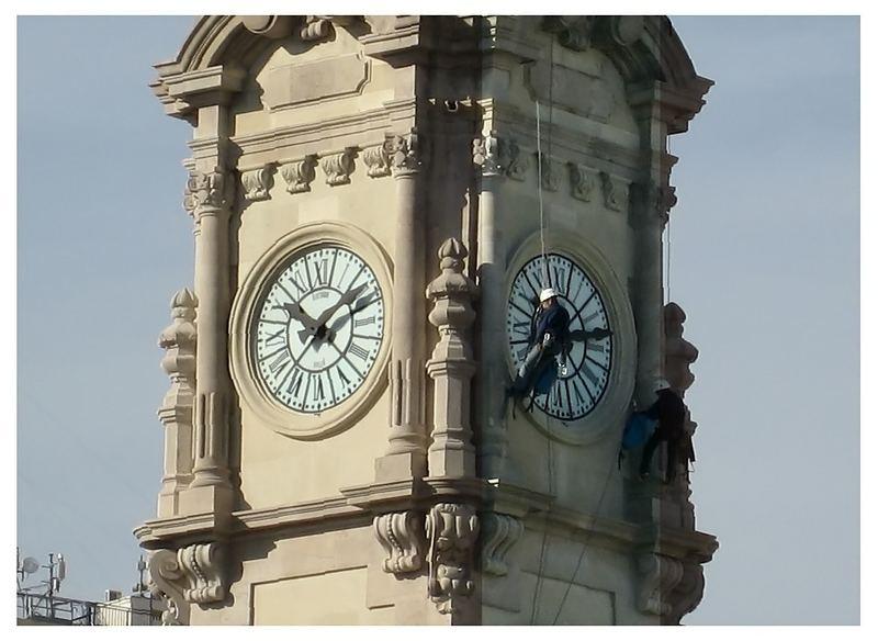 Limpiando el reloj del Ayuntamiento de Valencia
