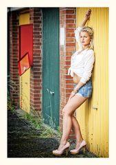 Lina auf dem Garagenhof