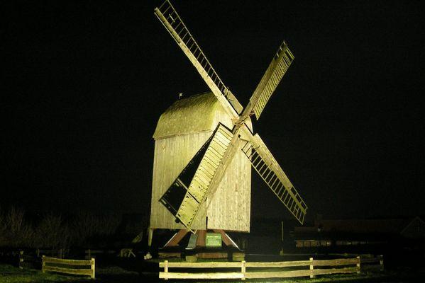 Lindhorster Bockwindmühle in der Nacht