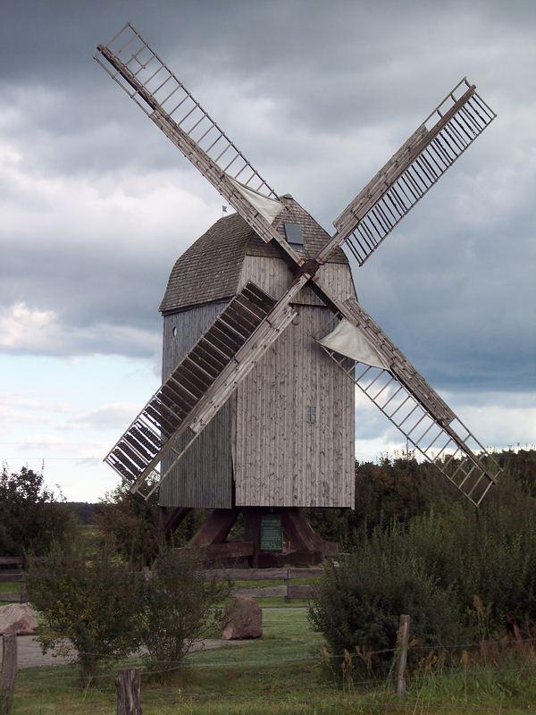 Lindhorster Bockwindmühle mit Segel