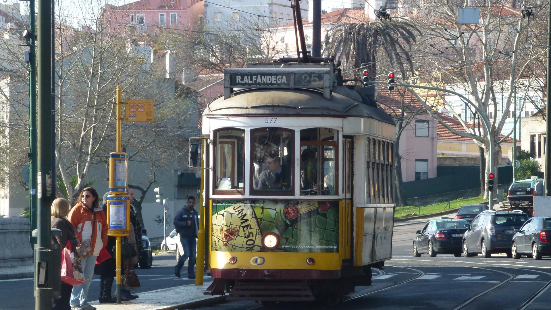 Linha 25 passing Parque da Estrela