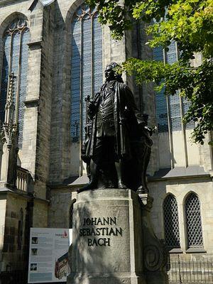 Lipsia: il monumento a J.S. Bach a fianco della Thomaskirche
