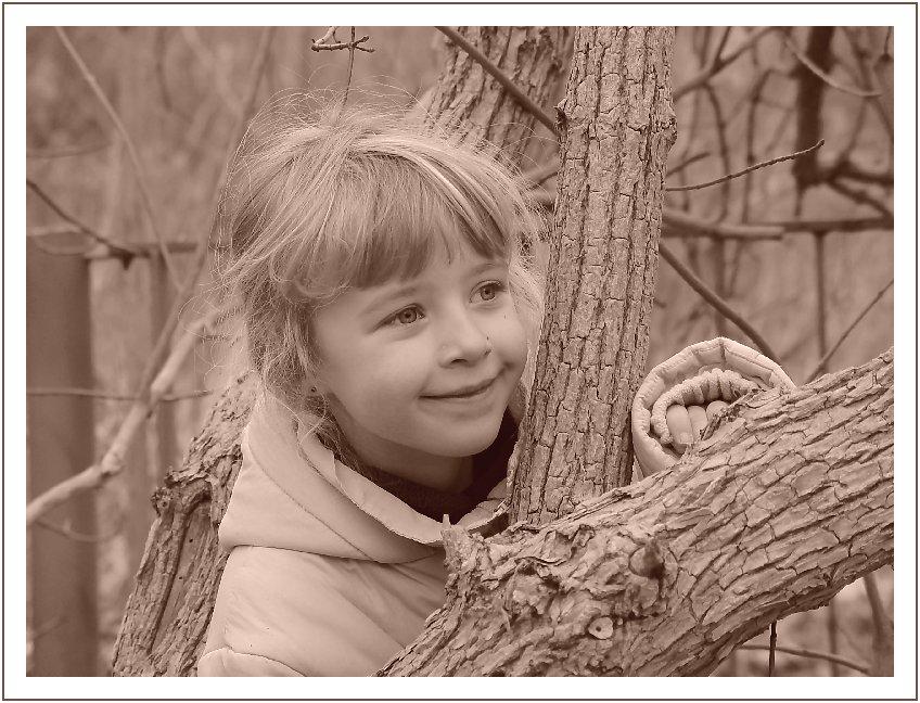 Lisa zwischen den Bäumen