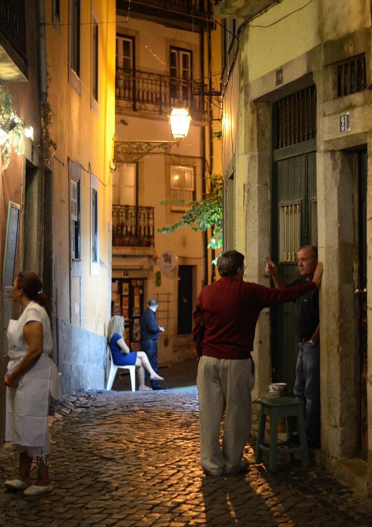 Lissabon - Nächtliche Straßenszene in der Alfama
