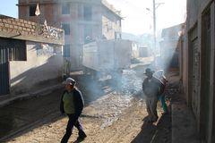 LKW biegt um die Ecke ... in Peru