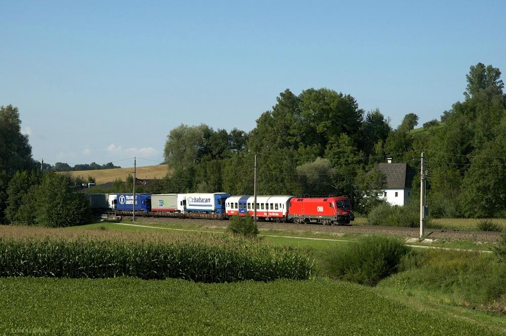 LKW fährt Bahn