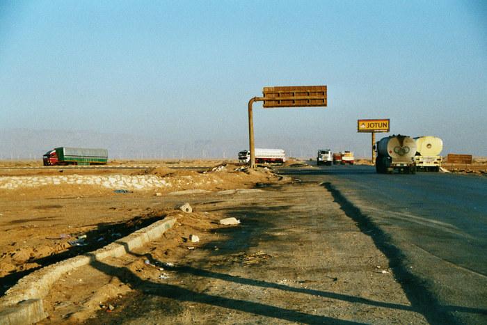 LKW-Verkehr in der arabischen Wüste