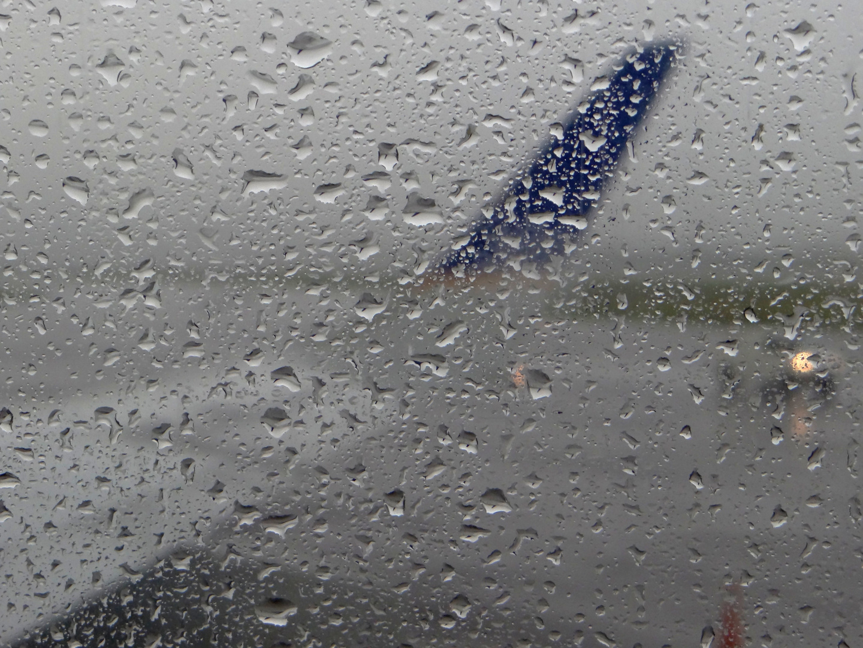 Lloviendo mientras se espera para despegar