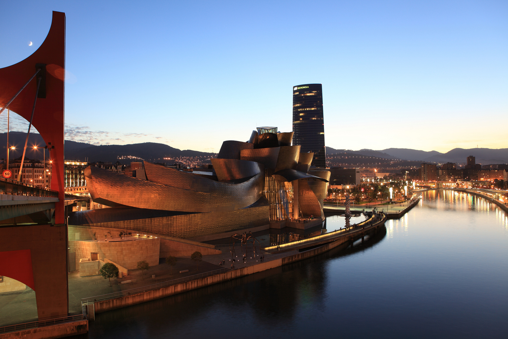 Lluna sobre el Guggenheim de Bilbao