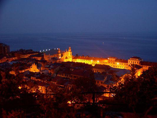 Loano bei Nacht (Italien)