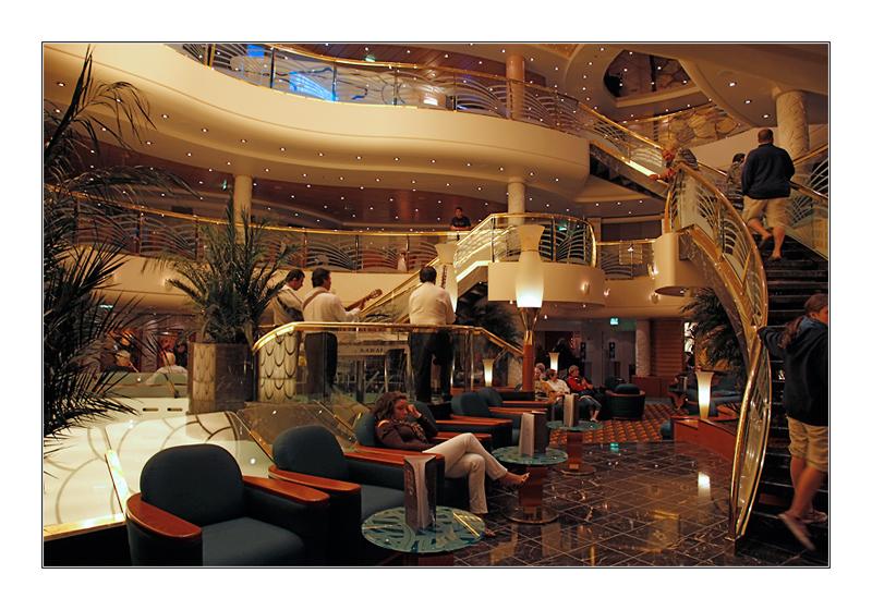 Lobby eines Kreuzfahrtschiffes