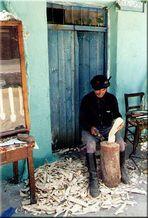 Löffelschnitzer vor einem Kafeneion, Kreta 1980