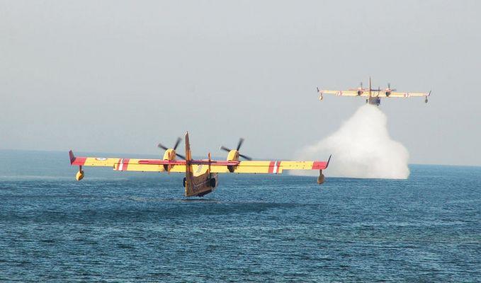Löschflugzeuge vor der Insel Korsika
