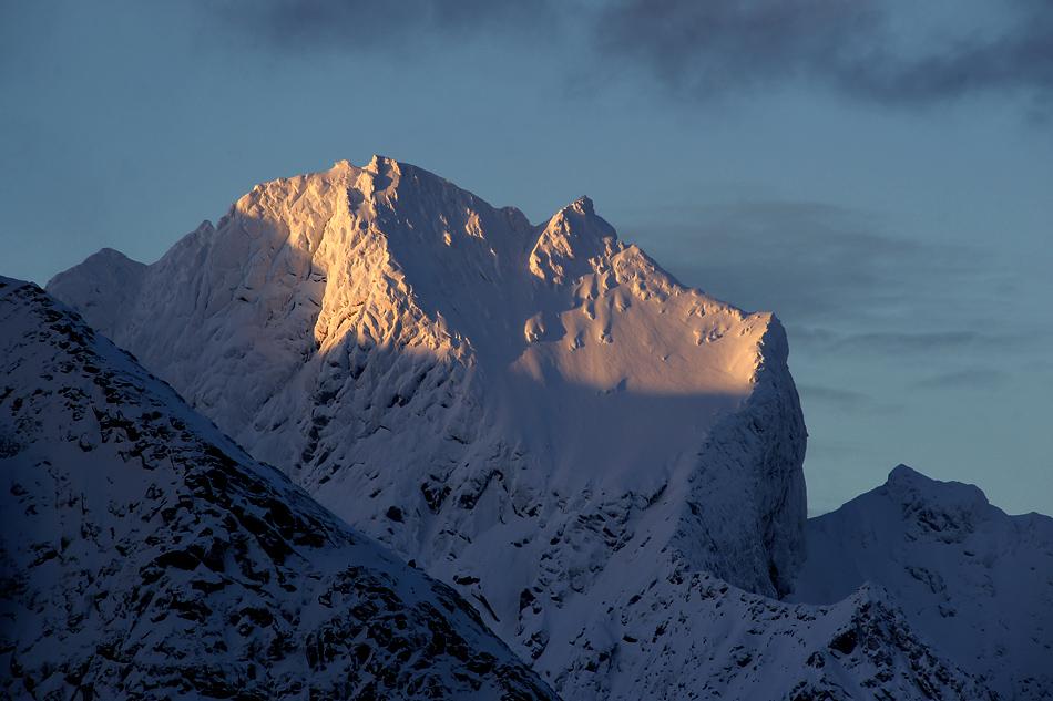 Lofoten im Winter – Letzte Sonnenstrahlen schmeicheln dem Gebirge