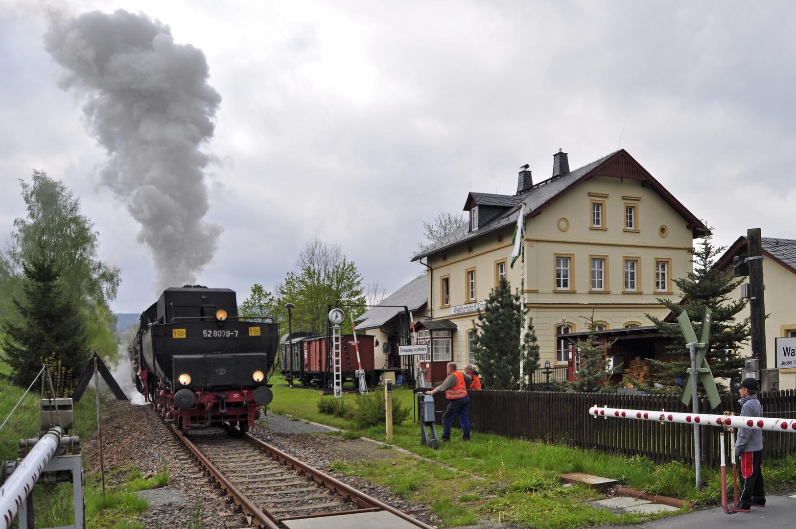 Lok 52 8079 hat, von Annaberg-Buchholz kommend, den Museumsbahnhof Walthersdorf erreicht.