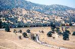Lokomotiven der BNSF in 11er Traktion ziehen einen ca. 2 km langen Güterzug, CA