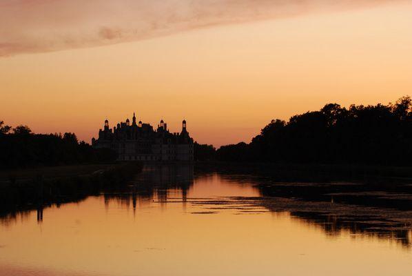 L'ombre du chateau de Chambord plane sur la Loire...