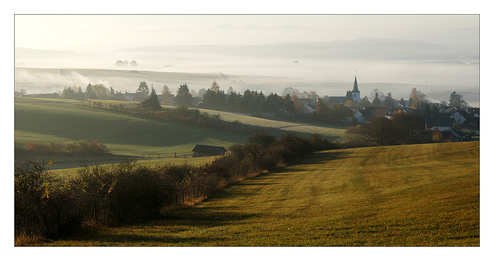 Lommersdorf mit Nebel über dem Ahrtal