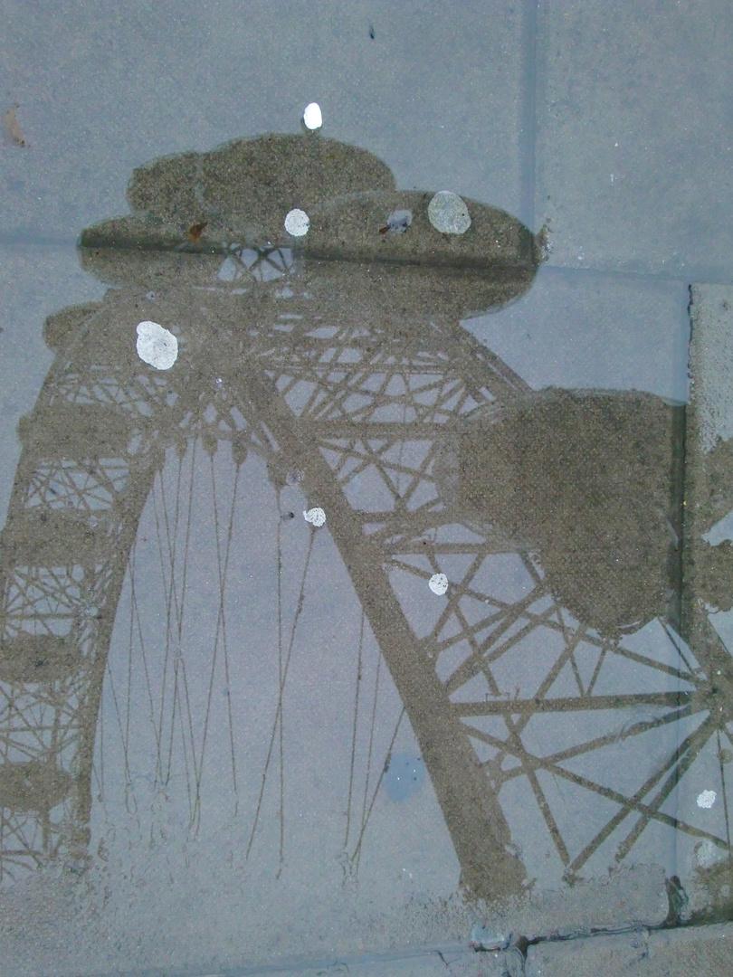 London Eye in der Pfütze