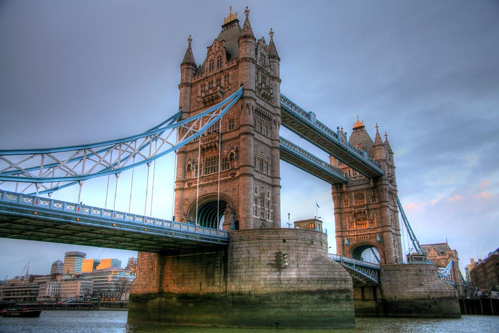 London Tower Bridge im Abendlicht