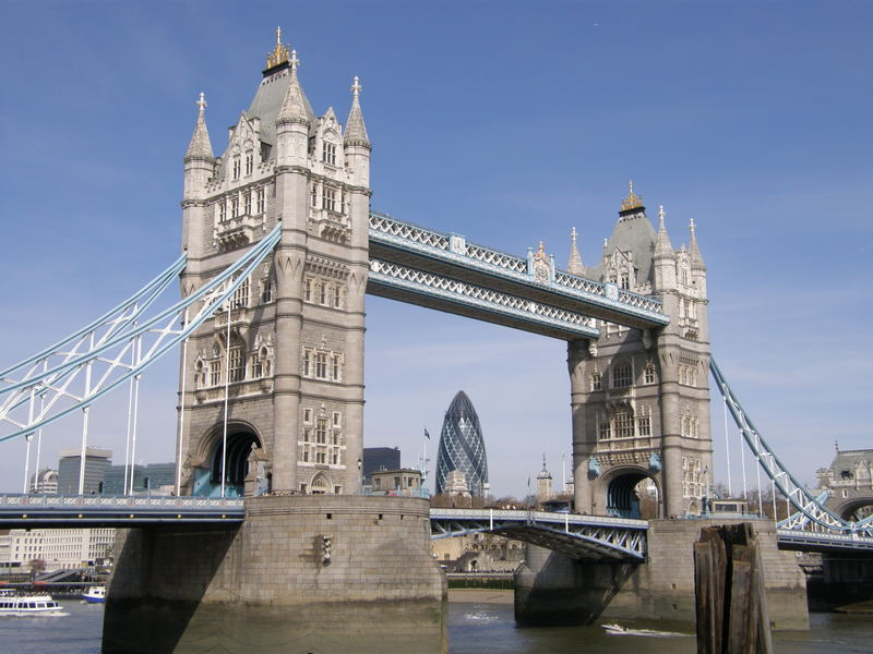 London: Tower Bridge mit Swiss Re Tower in London