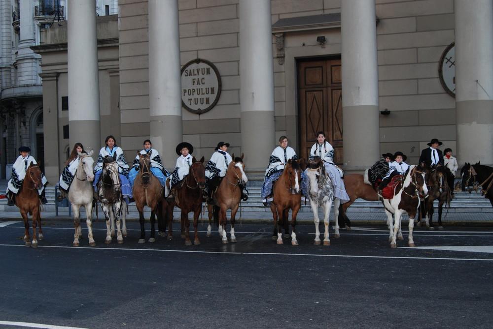los jinetes de la agrupacion juvenil frente a la catedral de buenos aires