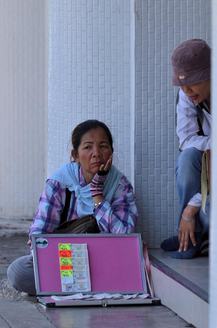 Losverkäuferinnen in Krabi Town, Februar 2014