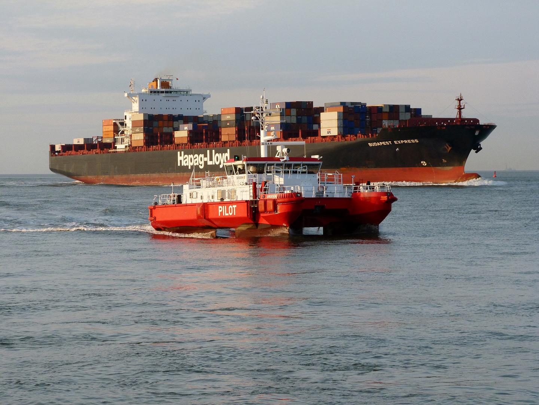 Lotsenboot und Containerschiff!