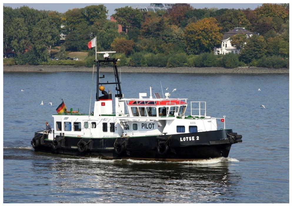 Lotsenboot vor Finkenwerder.