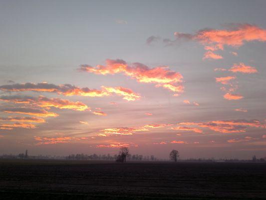 luce rosa su paesaggio autunnale